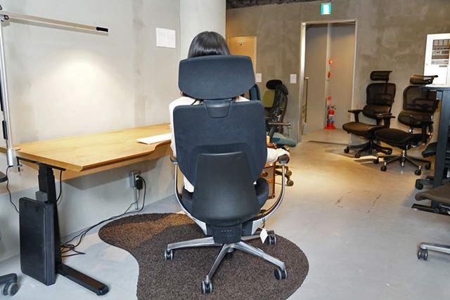 座面と背もたれが左に傾いた状態