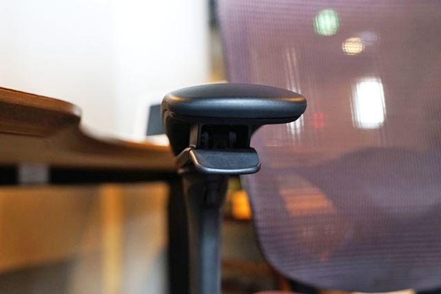 左右の肘掛けの下に設置されたレバー。引くことで座面の高さやリクライニング角を調節できます
