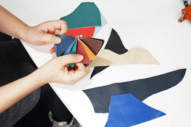 開発時に試行錯誤した本革素材のカラーサンプル