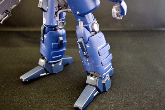 この巨大な脚も特徴的。この両先端部分は可動します