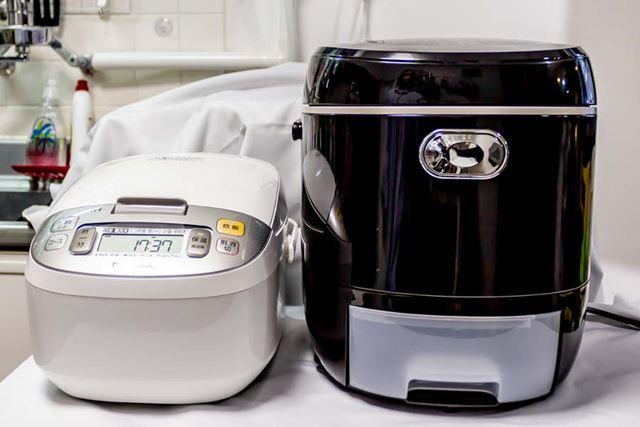 炊飯器としては非常に巨大で、5合炊き炊飯器(左)と比べると倍ほどの高さ