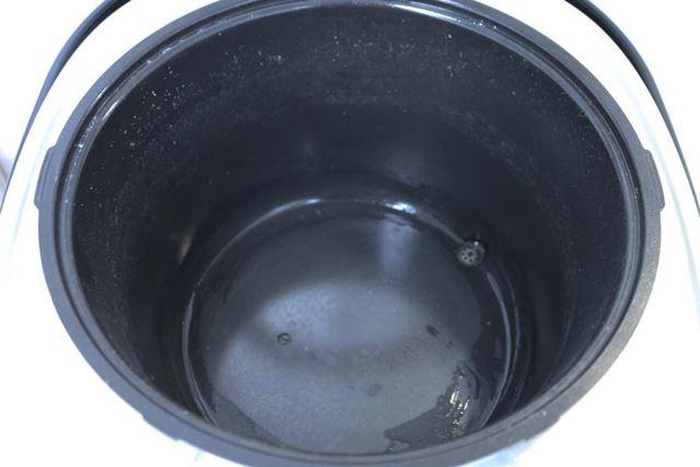 炊き上がった時の外釜はこんな状態。思ったより汚れておらず、片付けが楽です