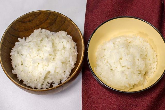 左が通常炊飯器で炊いたごはん、右が低糖質ごはん