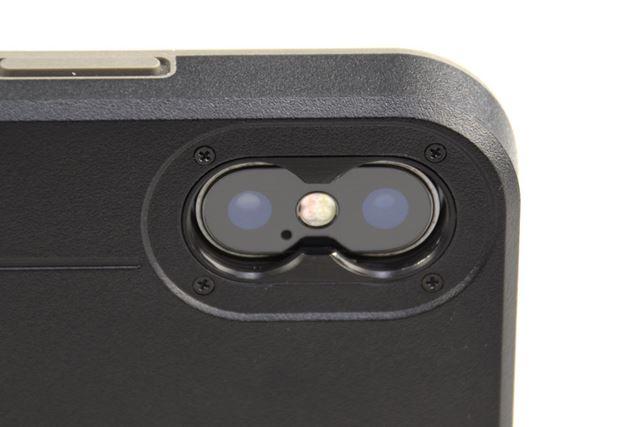 「bitplay SNAP! X」のダブルレンズマウント。デュアルカメラ用の穴がネジ穴になっている
