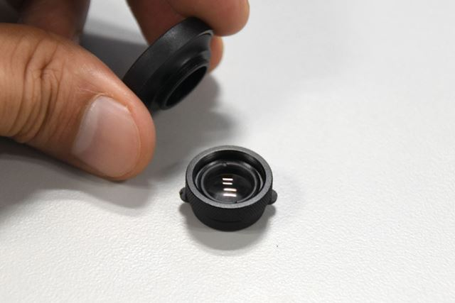 レンズ本体から「ワイドアングル」レンズをねじり回して取り外すと「マクロレンズ」が現れる