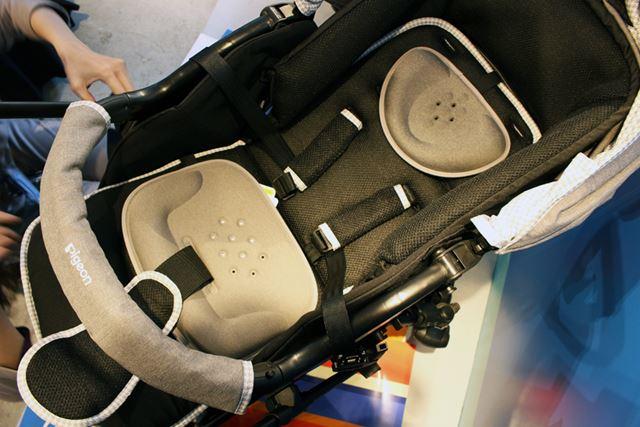 首や腰がすわっていない赤ちゃんの頭やおしりをサポートする「ハグットシートS」も付属
