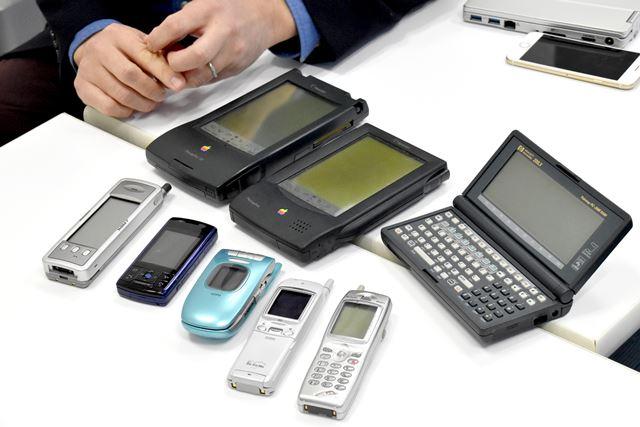 佐野氏が所蔵するモバイル端末。懐かしい携帯電話の姿もチラホラと見える
