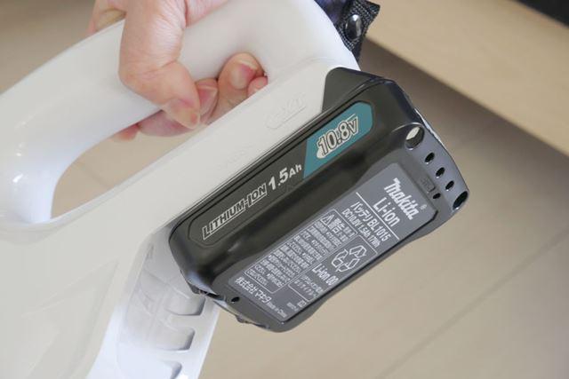 バッテリーは本体の後部にスライドさせるようにして装着させます