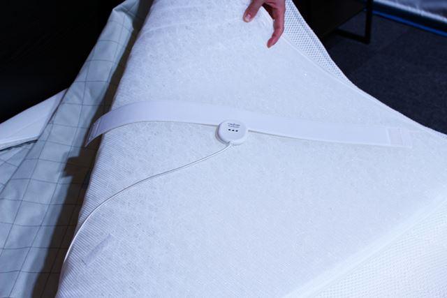 寝床の温度はエアマットに装着したセンサーで検知。温度と湿度もチェックし、発熱や風量を調整してくれます