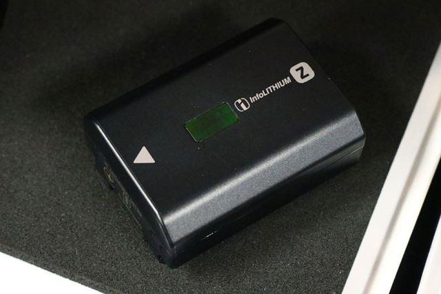バッテリーはα9やα7R IIと同じ「NP-FZ100」に対応