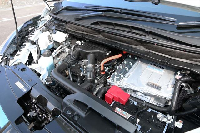 日産「セレナ e-POWER」のエンジンルーム