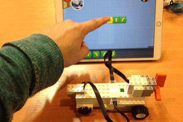 タッチパネルでアイコンを並べていく。このアイコンの場合、再生を押すと、前へ進んで右へ曲がる