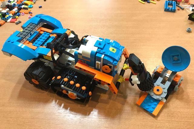 「カタパルト」(写真右)をハンマーでぶっ叩けば、いろんなものを飛ばしてさらなる攻撃が可能だ!