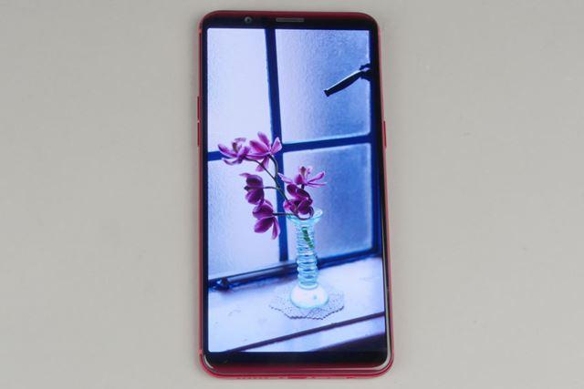 18:9の6.01型有機ELディスプレイは発色が鮮やか。狭額縁ベゼルは最新スマートフォンのトレンドとなっている