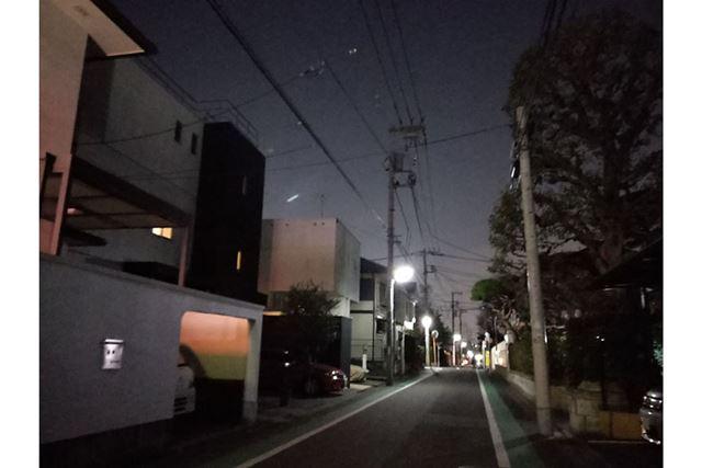 さすがに街灯がポツポツあるくらいの厳しい暗さだと、ノイズがかなり強くなりディテールもぼやけてしまった