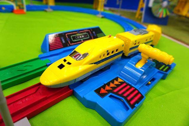 手前の黄色いレバーを倒すことでプラレールの走行先を赤側と緑側で切り替えられる