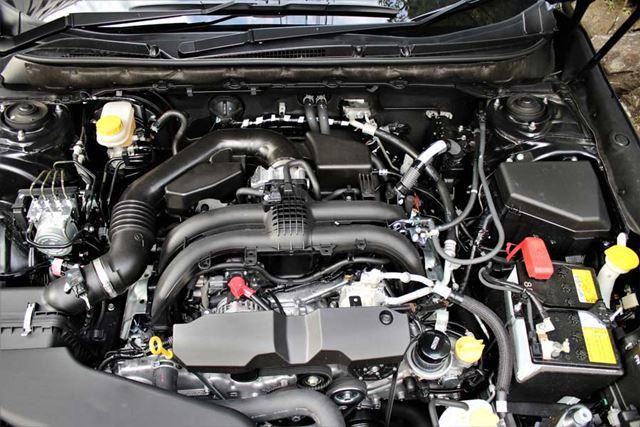 スバル「レガシィアウトバック」のエンジンルーム。2.5リッター水平対向4気筒エンジン(FB25)が搭載されている