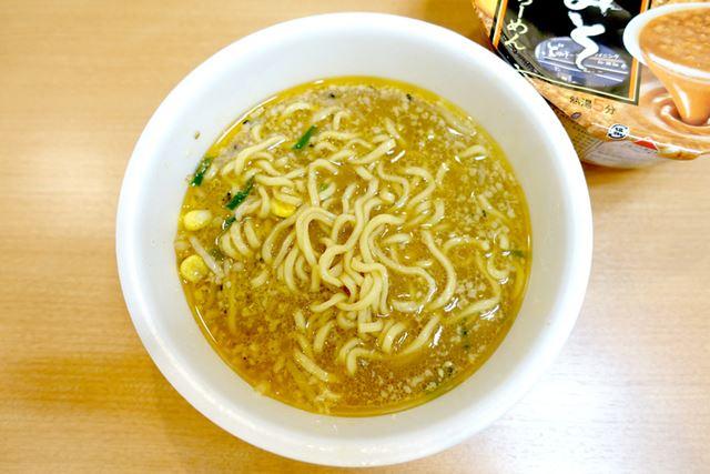 背脂をスープになじませて、コラボカップ麺の完成!