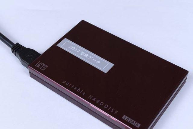 グレーテープ/白文字は幅広いアイテムとマッチするし、シックな印象を演出できるので使い勝手がいい