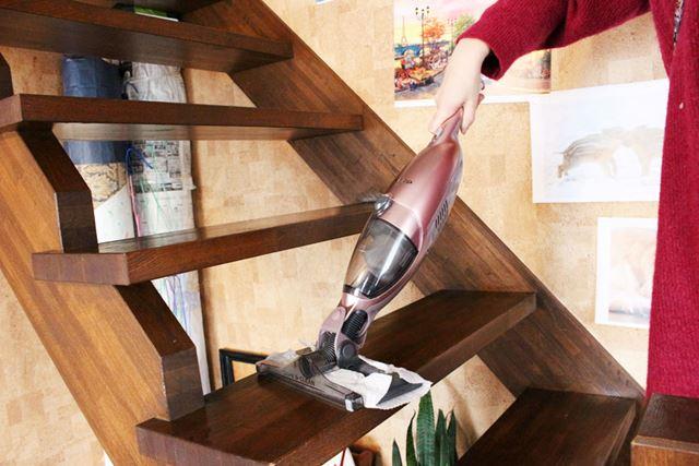 パイプを外してハンディスタイルにすれば、階段の掃除もラクラク!
