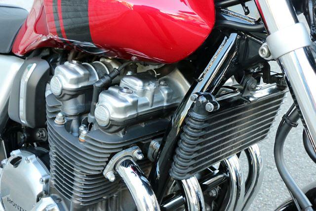 「CB1100」のエンジン前面にはエンジン内の熱をより効率的に冷やすために、大型のオイルクーラーを搭載