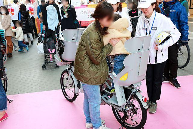 ハンドルロックをかけたあとに、大人が子どもをチャイルドシートに乗せてあげるのが鉄則