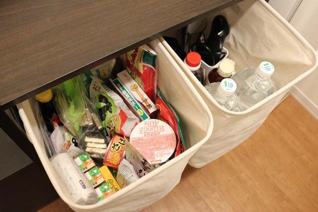 備蓄用の食料は、普段から食材を入れているボックスに追加。水は数本ずついろいろな場所に置いておきます
