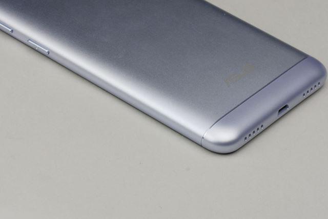 サンドブラスト加工が施された背面はサラサラで指紋が目立ちにくい