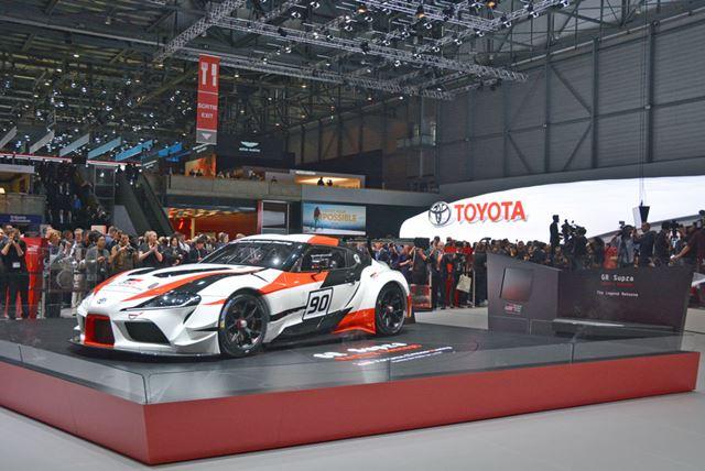 各国の記者が取り囲む。世界的に注目を集めるスポーツカーの公開だ
