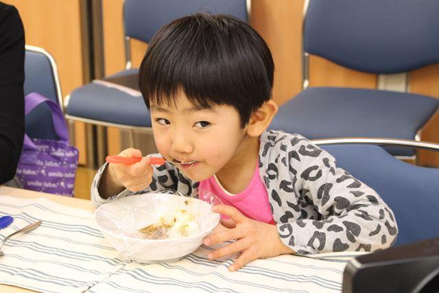 カレーライスをぱくり! 小さなお子さんもおいしく食べられちゃいます
