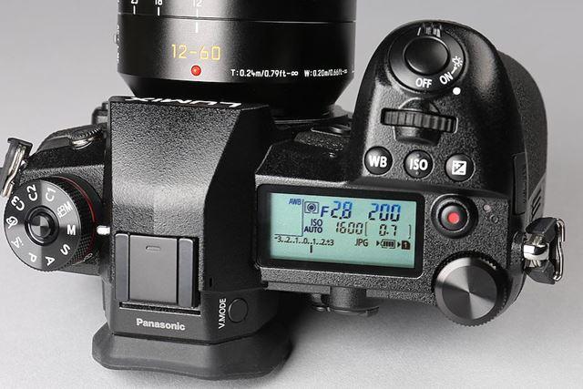 各種撮影情報をひと目で確認できるサブ液晶を搭載。後ダイヤルの位置と形状もGH5から変更になった