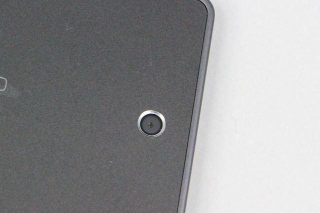 メインカメラは約810万画素で、レンズはF2.4。カメラ機能は最小限だ