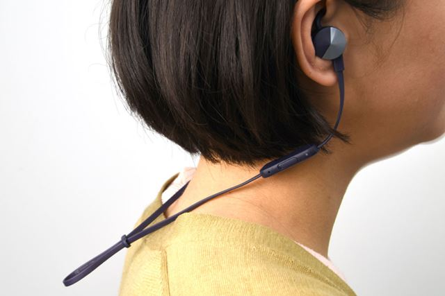 イヤホンを繋ぐコードには絞りが付いており、本機を身体に固定しやすい