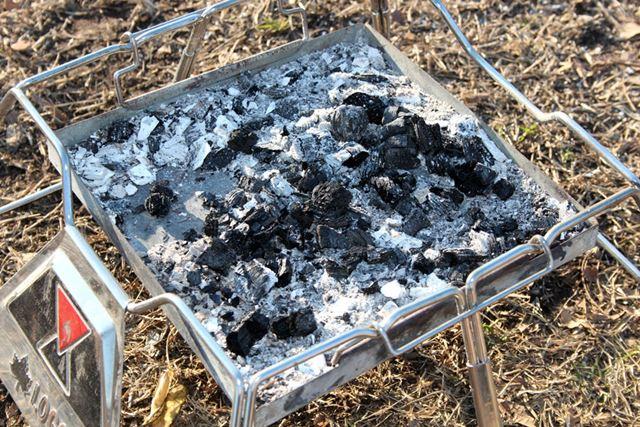 多くの焚き火台には灰受けがあるので、焚き火のあとに出る灰の処理を簡単に行うことができます