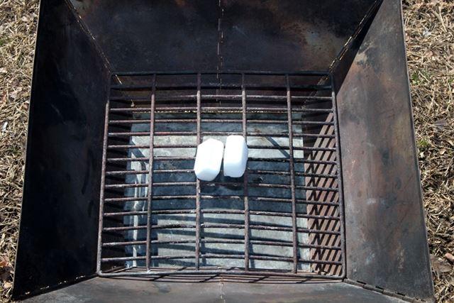 火おこしは、最初に焚き火台の火床に着火剤をセット