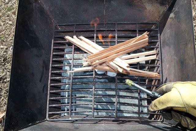 火口の長い着火ライターなどで着火剤に点火