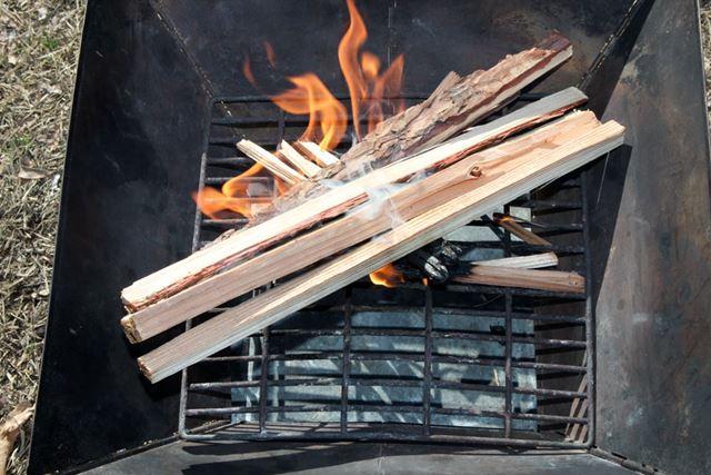 薪に火が移り安定したら、少し太めに割った薪を置きます