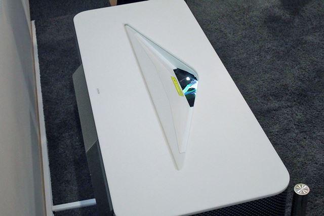 天板は真っ白な人工大理石を使用。AV家電とは思えないエレガントな佇まいだ