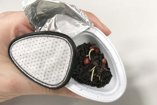 「さくらんぼ」のカプセルをチョイス。カプセルの中はこんな感じ。茶葉がそのまま入っているんですね