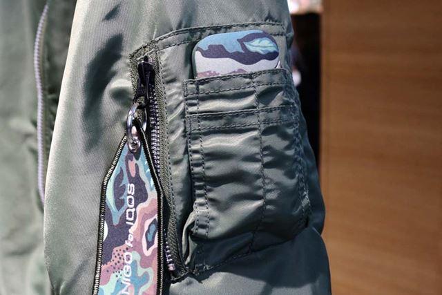 腕にあるポケットは、アイコスデバイスがすっぽり納まるサイズ。「IQOS CAMO DEVICE」との相性も抜群