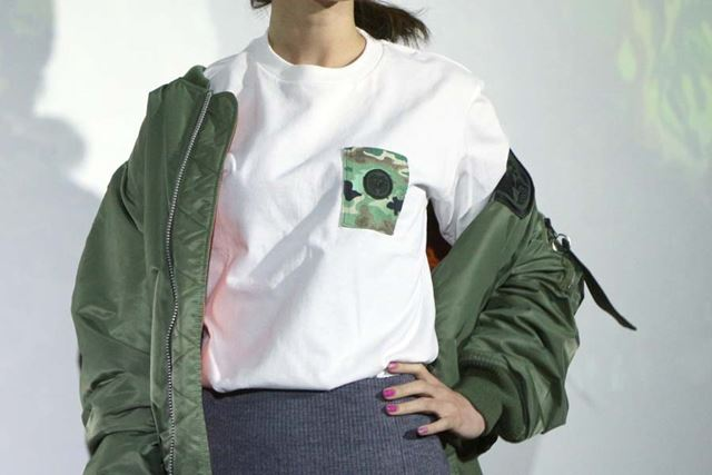 カモフラージュ柄の胸ポケットはアイコスサイズ