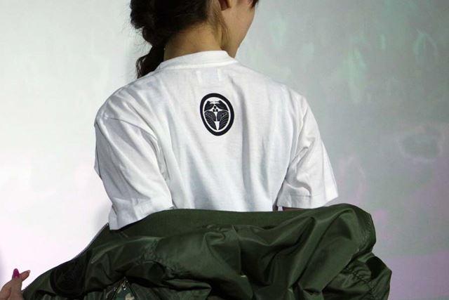 背中には「NIGO for IQOS」のロゴが施されている