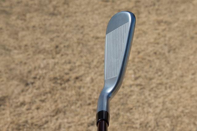 強めのグースネック設計で、いかにもボールがつかまりそうなやさしい印象を与えてくれる形状