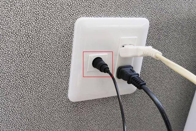 いっぽうを、壁に設置されているアンテナ端子に接続します