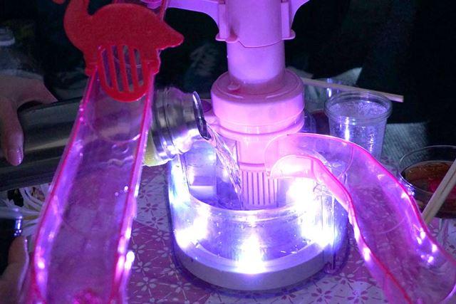 入っていた水をいったん全部捨てて、お湯を注ぎます。ライティングモードは暖色系のロマンティックモード