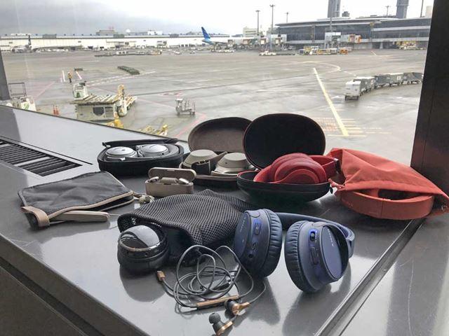 搭乗前の空港で撮影した今回機内に持ち込んだ機材たち
