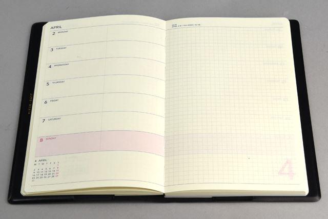 「WORK」の週間レフト式のページ。各日に時間軸はなし。右のメモページは方眼仕様になっている
