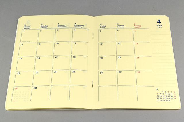 月間ブロックのページ。曜日は日本語、英語、ドイツ語の3か国語で表記されている