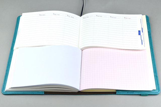 下段には、切り取り線付き(左)と方眼罫(右)のメモページを用意
