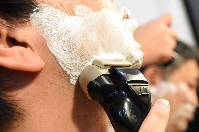 「スムースローラー」が泡を外刃に届け、肌への摩擦を減らすので、剃り心地はスムーズ